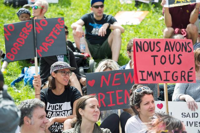 Les manifestants étaient réunis dans une ambiance festive... (La Presse canadienne, Graham Hughes)
