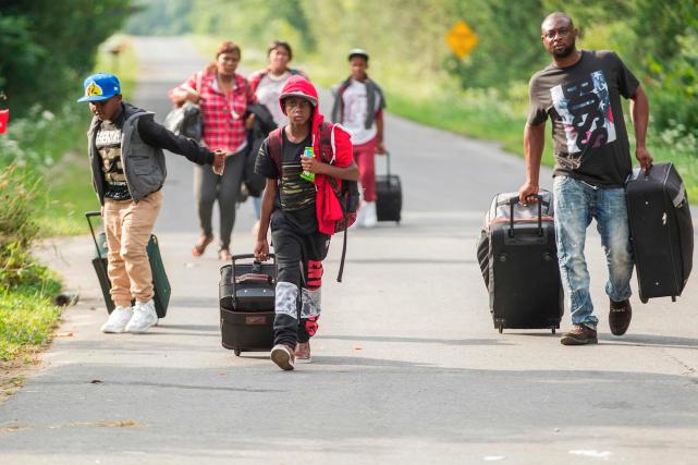 Un groupe de migrant aux abords de la... (AFP, Geoff Robins)