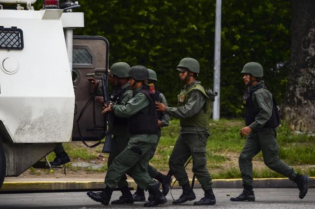 La puissante armée vénézuélienne est jusqu'à présent restée... (PHOTO AFP)
