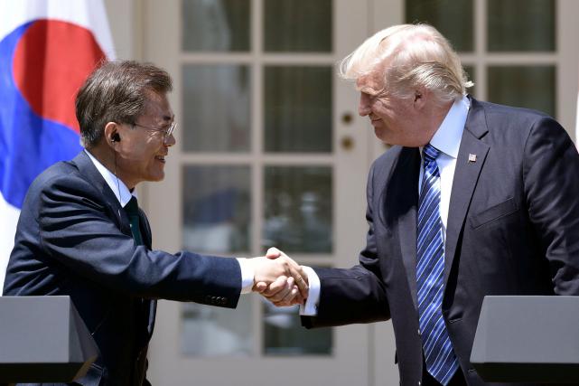 Le président américain Donald Trump et son homologue... (AFP, Brendan Smialowski)
