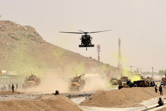 Un hélicoptère de l'armée américaine vole au-dessus du... (PHOTO JAVED TANVEER, AGENCE FRANCE-PRESSE)