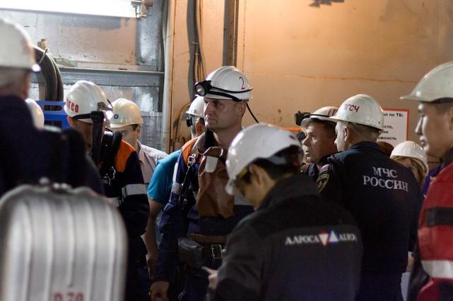 Un groupe de secouristes patiente avant de pouvoir... (PHOTO AP/FOURNIE PAR LA MINIÈRE ALROSA)