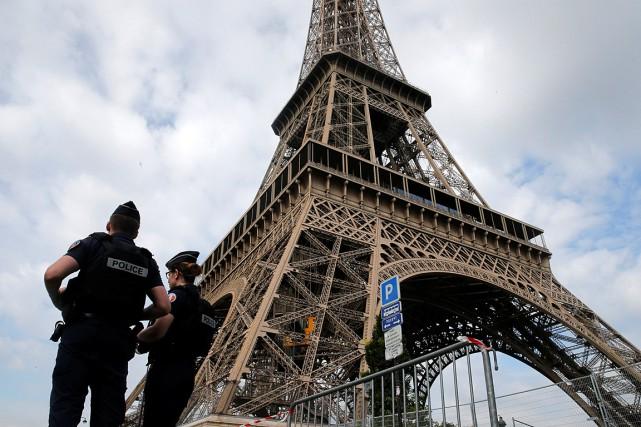 Des policiers patrouillant près de la tour Eiffel,... (PHOTO PASCAL ROSSIGNOL, ARCHIVES REUTERS)