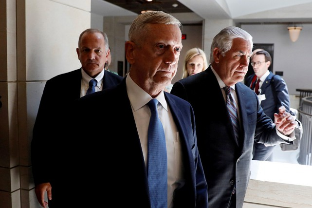 Le secrétaire à la Défense James Mattis (à gauche) et le... (PHOTO AARON P. BERNSTEIN, ARCHIVES REUTERS)