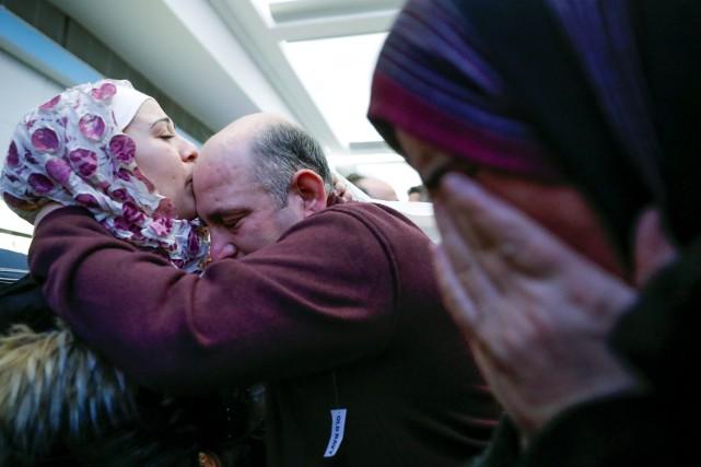 Des migrants en larmes à l'aéroport de Chicago.... (Photo Reuters)