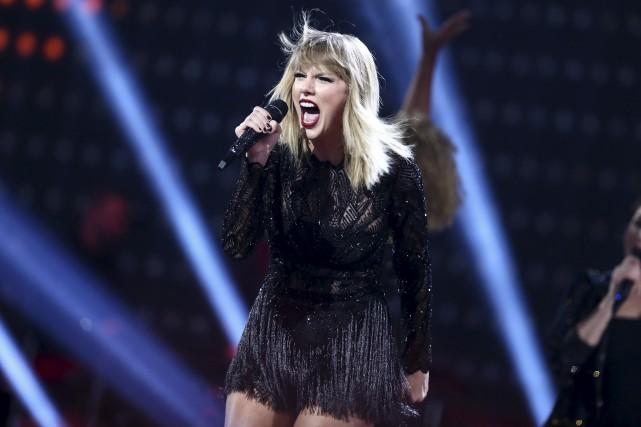 Taylor Swift poursuit un DJ qu'elle accuse de... (AP, John Salangsang)