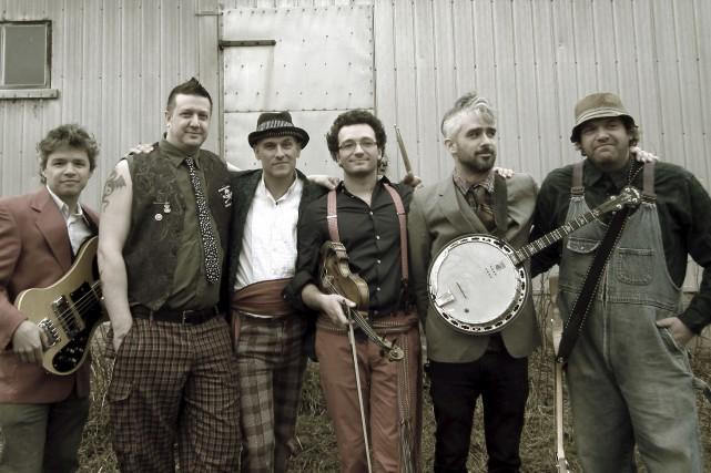 Médé Langlois, à l'extrême droite, et son groupe... (fournie par les Fêtes de la Nouvelle-France)