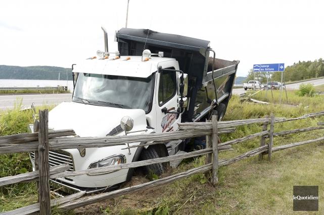 Le véhicule lourd impliqué dans un accident sur... (Photo Le Quotidien, Jeannot Lévesque)