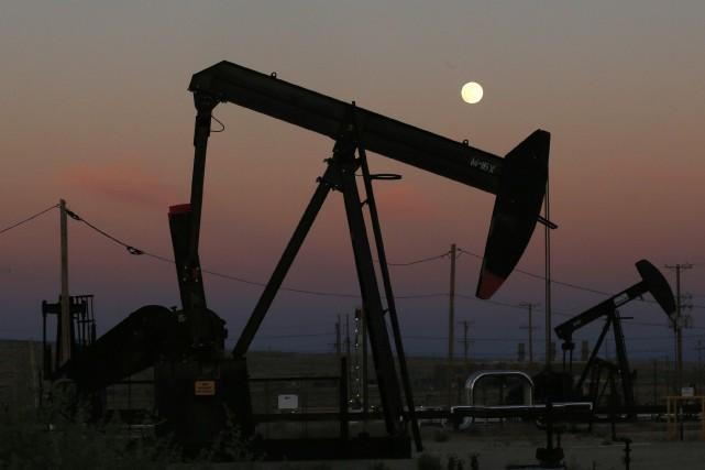 Les cours du pétrole ont terminé en légère baisse mardi alors que des membres... (PHOTO ARCHIVES AP)