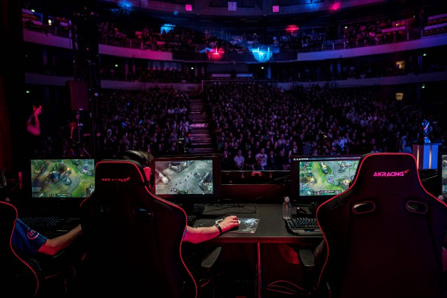 L'explosion de la popularité des eSports, qui attirent... (Photo JEFF PACHOUD, AFP)