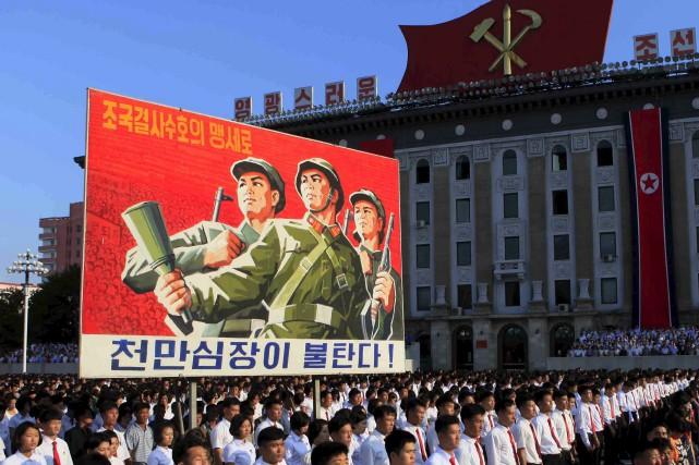 Des milliers de Nord-Coréens manifestent contre les sanctions... (AP, Jon Chol Jin)