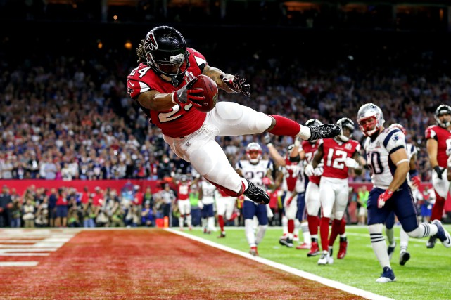 Devonta Freeman attrape une passe de touché.... (PHOTO ARCHIVES REUTERS)