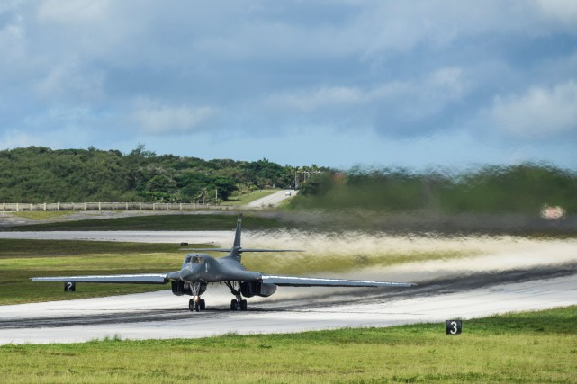 Un bombardier B-1B Lancer décolle de la base... (PHOTO ARCHIVES REUTERS)