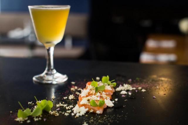 Un sashimi de saumon parsemé de fleurs de... (Photo Olivier PontBriand, La Presse)