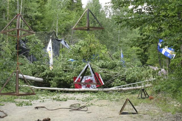 Une barricade d'arbres s'élève sur le chemin forestier... (Collaboration spéciale, Geneviève Gélinas)
