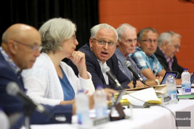 Le maire Guy Benjamin a eu à défendre... (Julie Catudal, La Voix de l'Est)