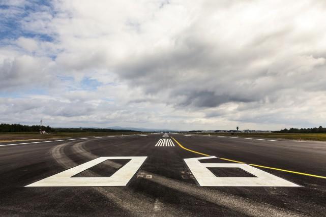 Le vieux revêtement de la piste principale de... (Fournie par l'Aéroport de Québec, Marc Couture)