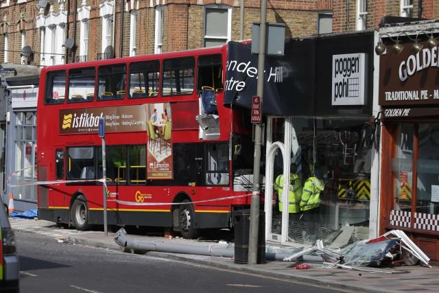 L'accident s'est produit jeudi matin sur Lavender Hill,... (PHOTO Daniel LEAL-OLIVAS, AFP)