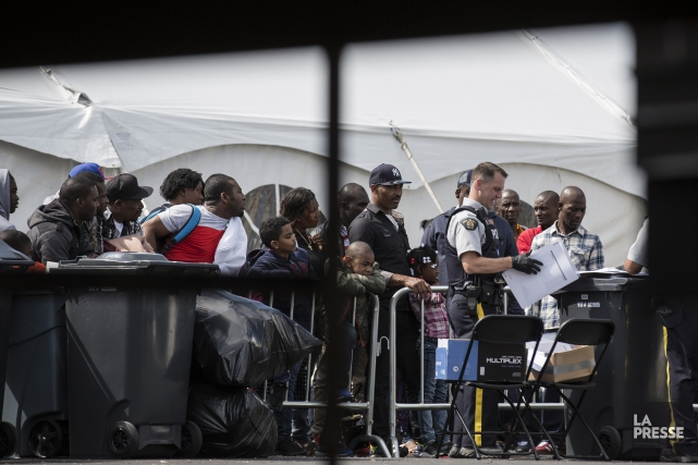 Des migrants dans un centre de triage de... (PHOTO EDOUARD PLANTE-FRÉCHETTE, ARCHIVES LA PRESSE)