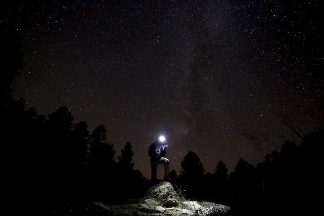 Un homme photographie les Perséides dans les Alpes,... (Photo archives AFP)