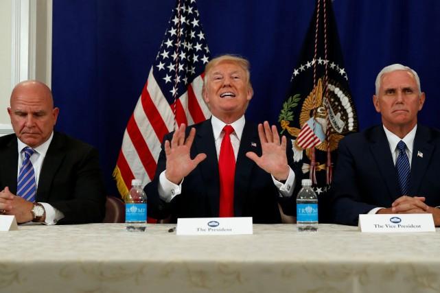 Donald Trump était accompagné jeudi de son conseillerà... (PHOTO REUTERS)