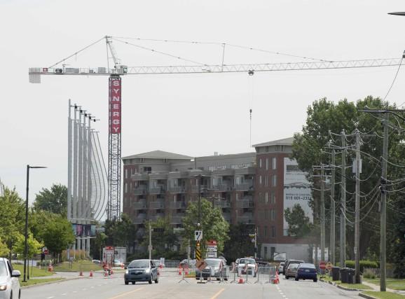 La grue géante témoigne de l'ampleur du chantier... (Sylvain Mayer)