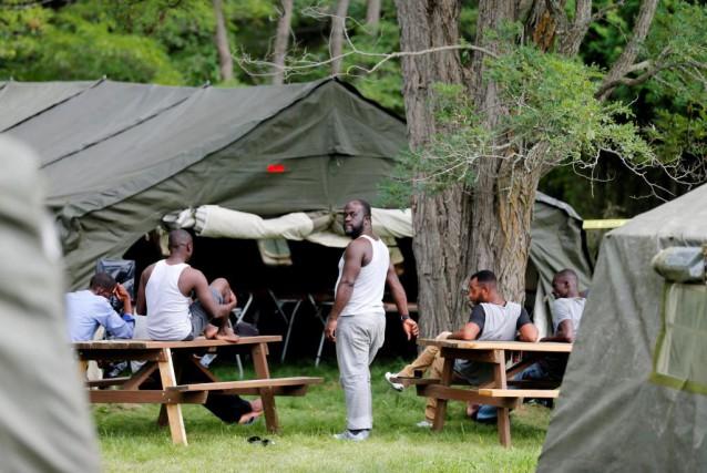 De larges tentes ont été installées par les... (PHOTO CHRISTINNE MUSCHI, REUTERS)