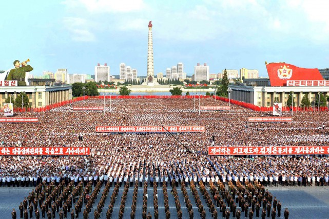 Des milliers de Nord-Coréens ont défilé mercredi, les... (KCNA, via AFP)