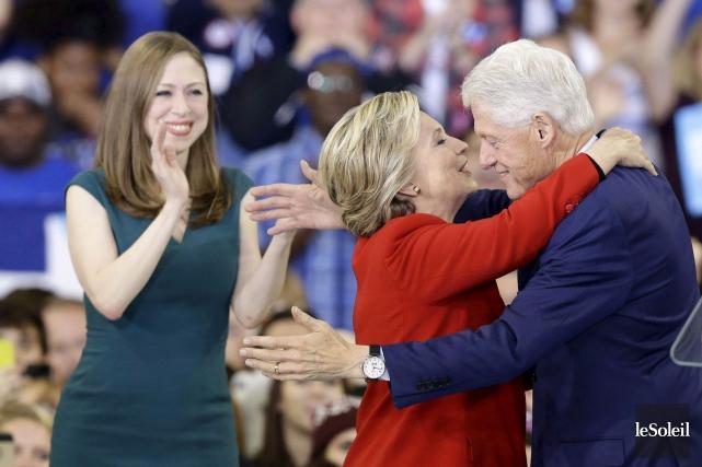 Chelsea, Hillary et Bill Clinton en novembre dernier.... (Photothèque Le Soleil)