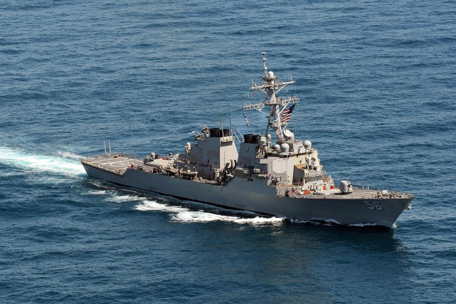 Le destroyer USS John S. McCain s'est approché à six... (Photo AFP)