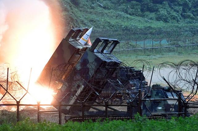 Un missile américain est lancé lors d'un exercice... (PHOTO ARCHIVES AP/MINISTÈRE DE LA DÉFENSE SUD-CORÉEN)