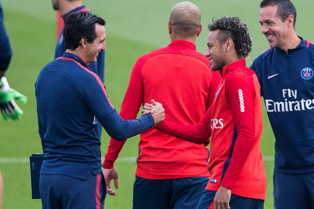 L'entraîneur du PSG Unai Emery a salué Neymar... (PHOTO ASSOCIATED PRESS)