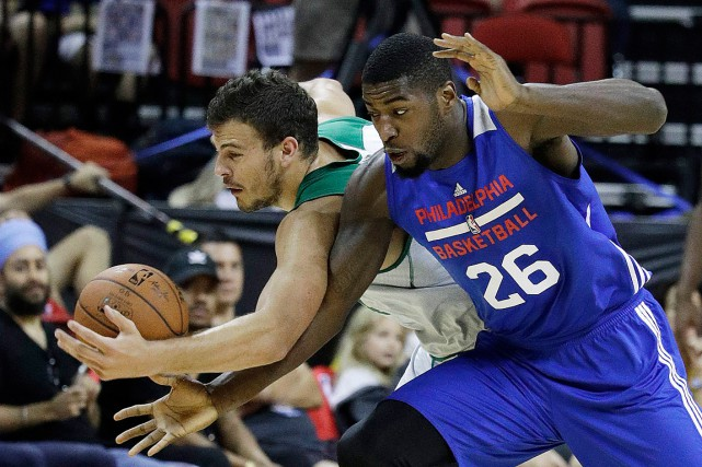 Mathias Lessort des 76ers et Ante Zizic des... (Photo John Locher, archives Associated Press)