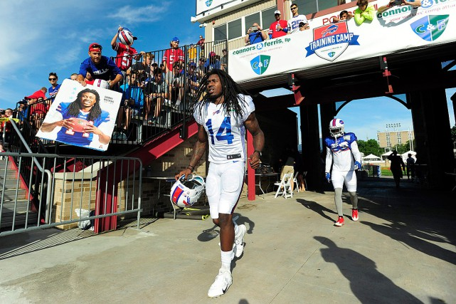Sammy Watkins s'amène sur le terrain pour un... (PHOTO ADRIAN KRAUS, ARCHIVES ASSOCIATED PRESS)