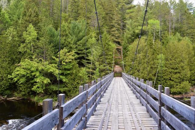 Le sentier du massif traversed'ouest en est le... (PHOTO DAVID RIENDEAU, COLLABORATION SPÉCIALE)