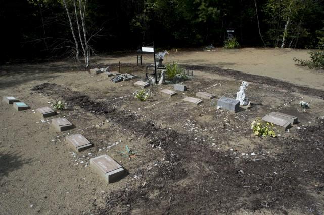 Les gens installent des pierres tombales personnalisées à... (Sylvain Mayer)