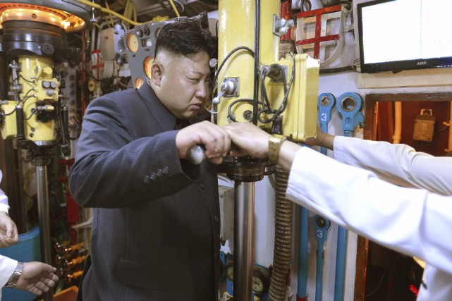 Kim Jong-Un inspecte un sous-marin de sa flotte,... (Photo archives euters)