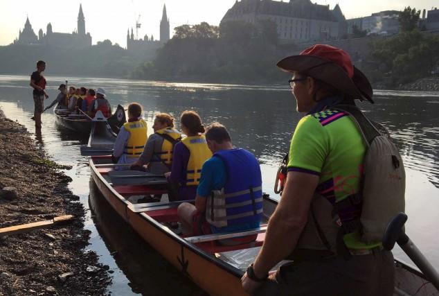 Un groupe d'une trentaine de pagayeurs autochtones, jésuites... (Courtoisie, Canoe Pilgrimage)