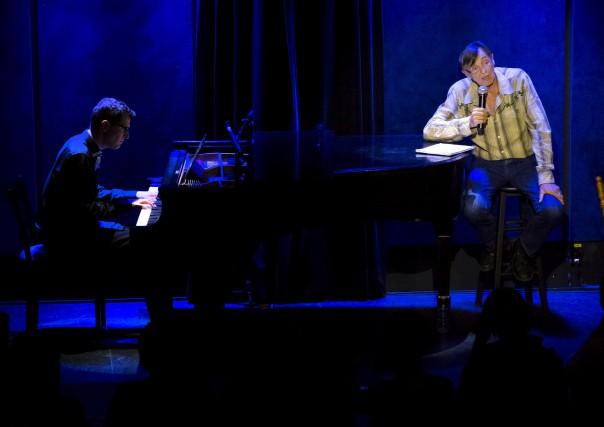 Accompagné par le pianiste John Roney, le comédien... (Spectre Média, Maxime Picard)