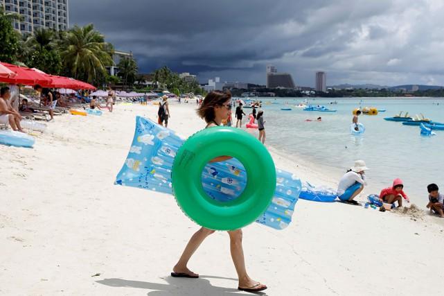 Des touristes se reposent sur la plage Tumon... (Photo Erik De Castro, archives REUTERS)
