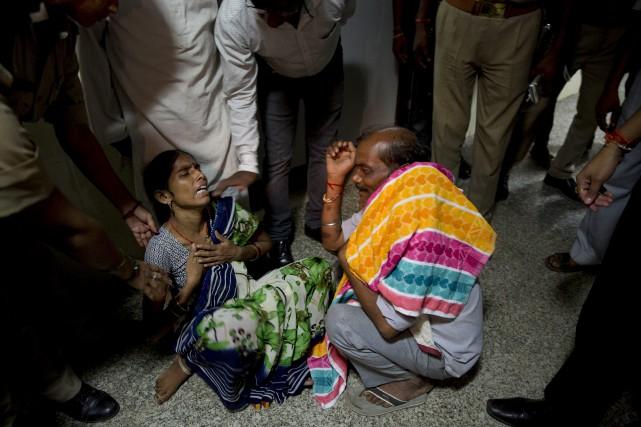 Une mère pleure la mort de son fils... (AP)