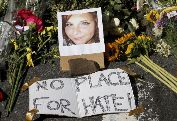 Une photo de Heather Heyer trône parmi les... (AP, Steve Helber)