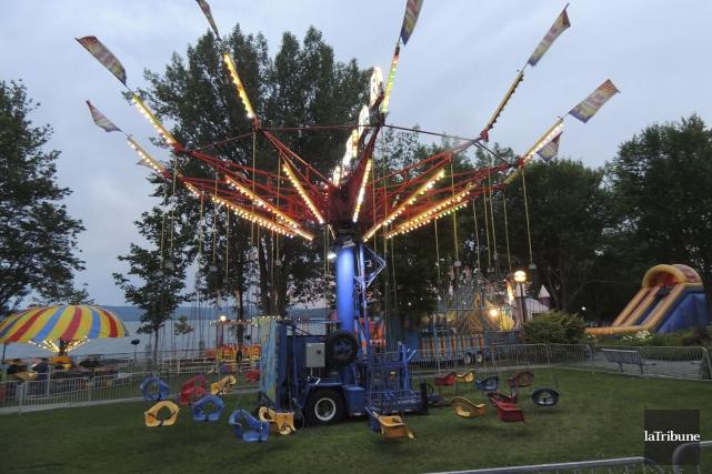Le manège de type carrousel de balançoires de... (La Tribune, Ronald Martel)