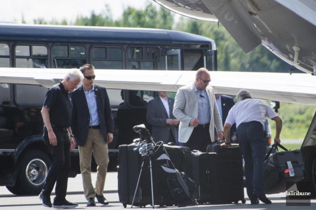 Bill Clinton à l'aéroport de Sherbrooke.... (PHOTO STÉPHANIE VALLIÈRES, LA TRIBUNE)