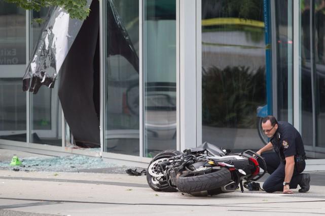Une motocyclette endommagée placée sur le côté a... (Photo Darryl Dyck, PC)