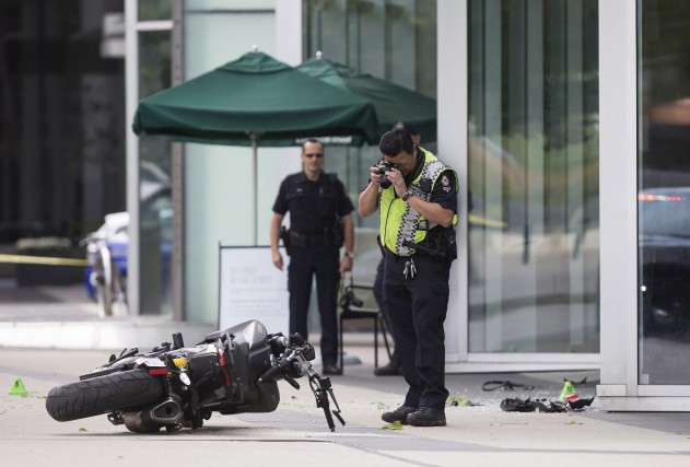 La motocyclette a frappé un trottoir en béton... (La Presse Canadienne)