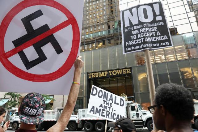 Plusieurs centaines de personnes ont manifesté devant le... (PHOTO REUTERS)