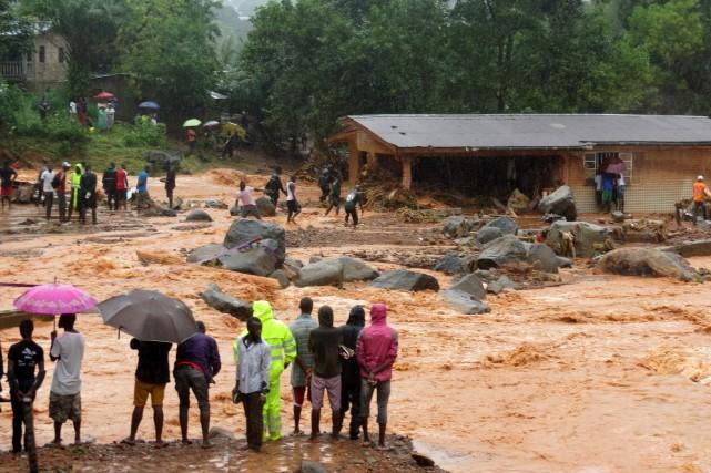 Des images impressionnantes montrent des habitants traversant des... (PHOTO AFP)