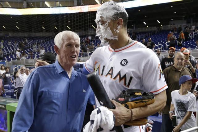 Giancarlo Stanton, qui a été couvert de mousse... (PHOTO AP)