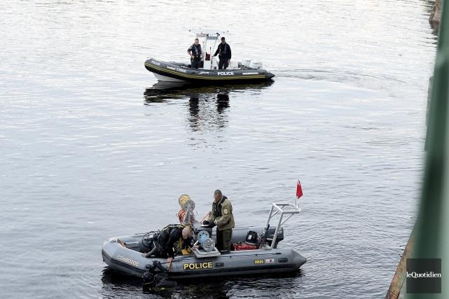 Les plongeurs de la Sûreté du Québec continuent... (Photo Le Quotidien, Jeannot Lévesque)